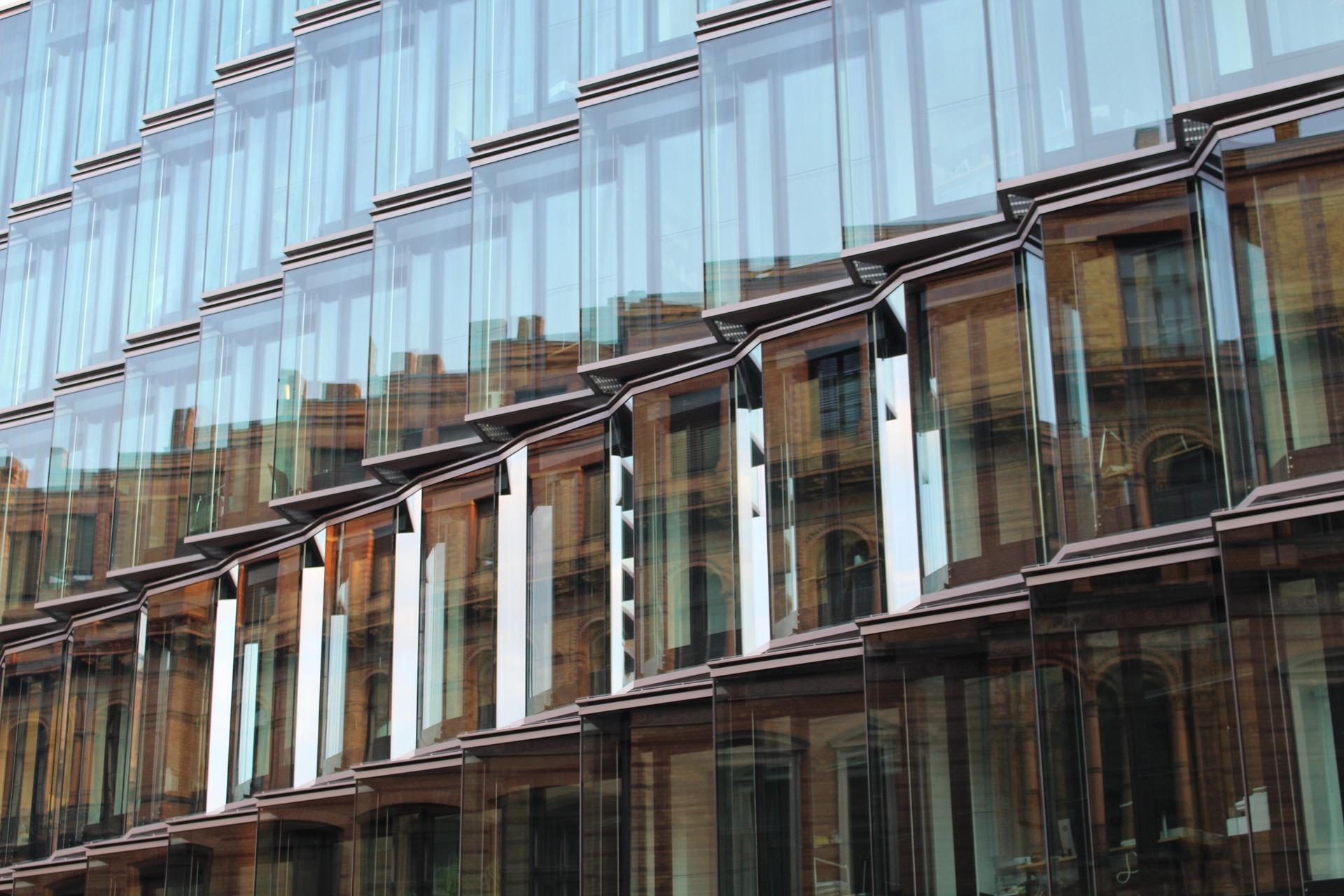 Bild på en kontorsbyggnad med endast fönster i olika nivåer.